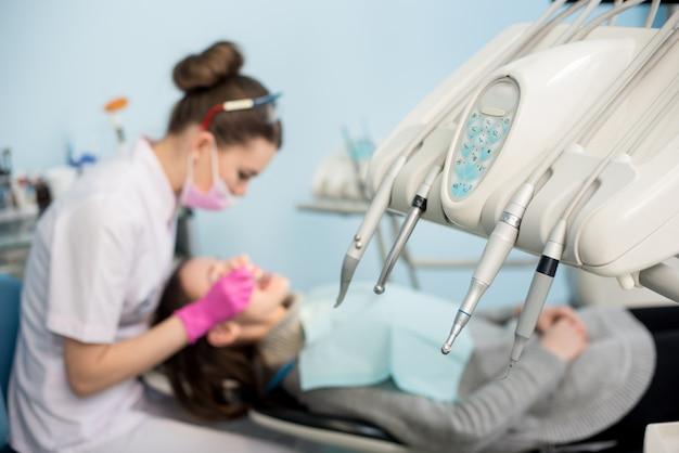 Tandarts die geduldige tanden controleert