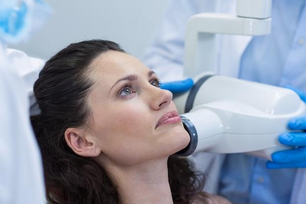 Tandarts die röntgenfoto van de tanden van de patiënt neemt