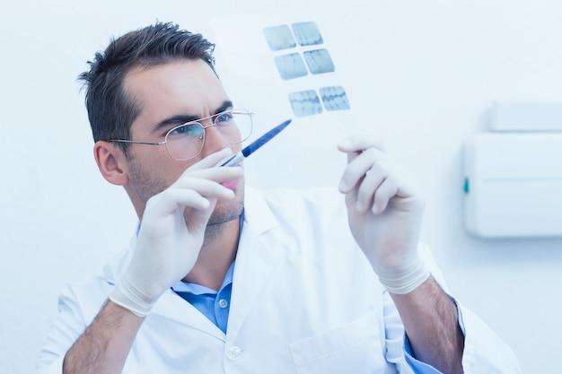 Tandarts die röntgenstraal bekijkt