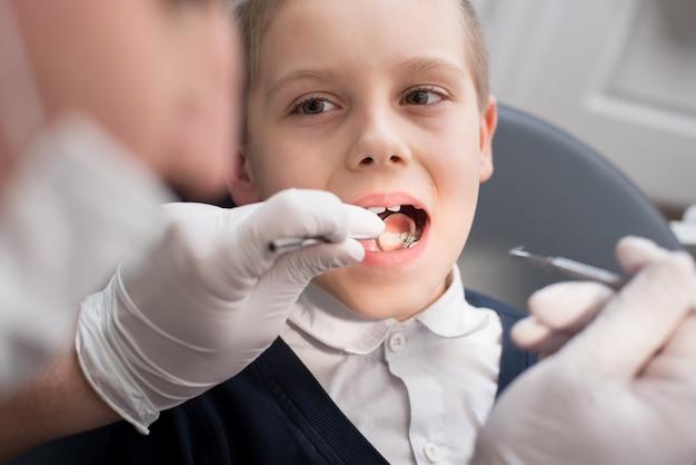 Tandarts die tanden onderzoekt