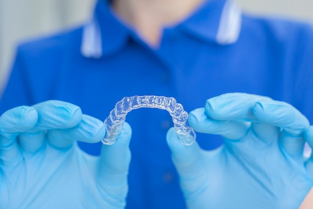 Tandarts die tandheelkundig apparaat houdt