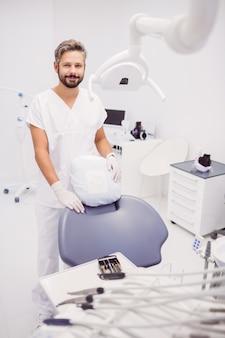 Tandarts die zich in kliniek bevindt
