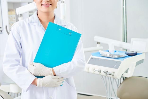 Tandarts die zich in tandkliniek bevindt