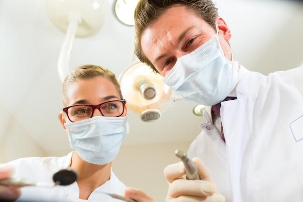 Tandarts en assistent bij een behandeling, vanuit het perspectief van een patiënt
