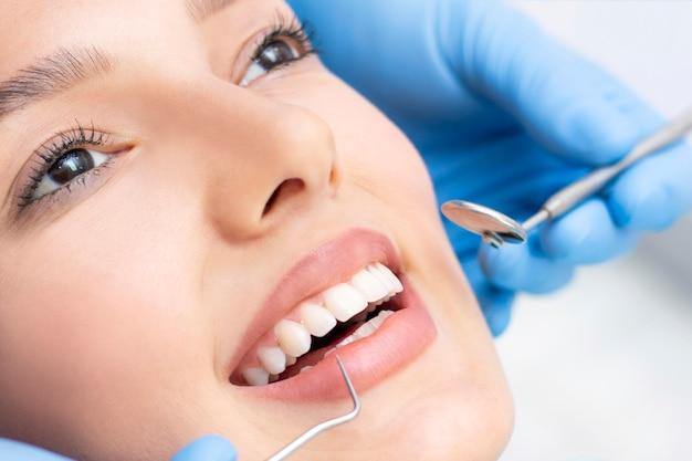Tandarts en patiënt in de tandartspraktijk