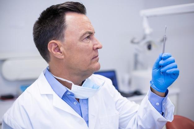 Tandarts instrumenten in tandheelkundige kliniek controleren