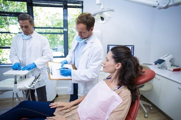 Tandarts interactie met vrouwelijke patiënt