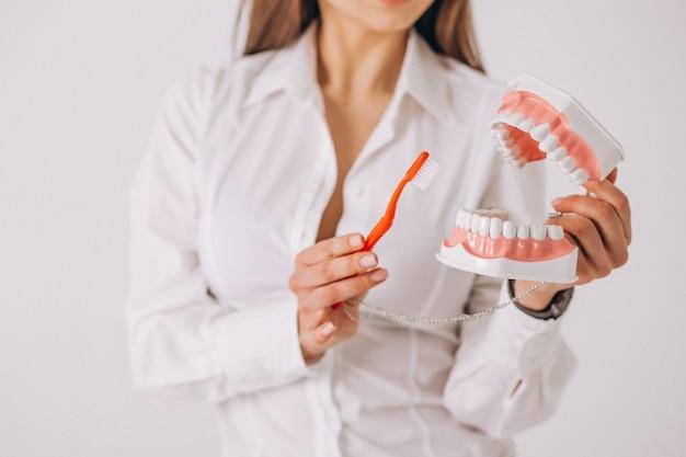 Tandarts met geïsoleerde tandheelkundethulpmiddelen