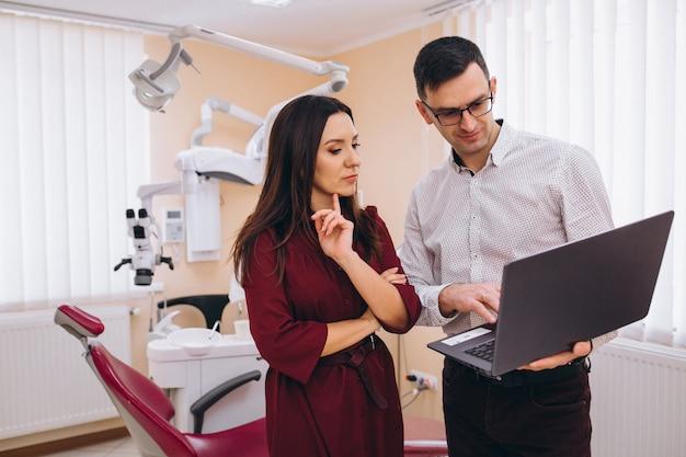 Tandarts met patiënt bij een bezoek