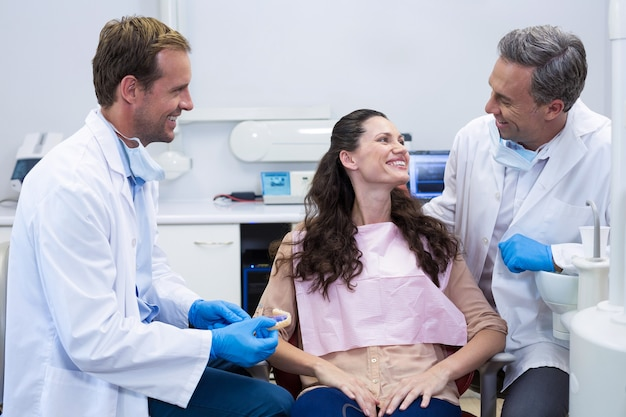 Tandarts model tanden tonen aan patiënt
