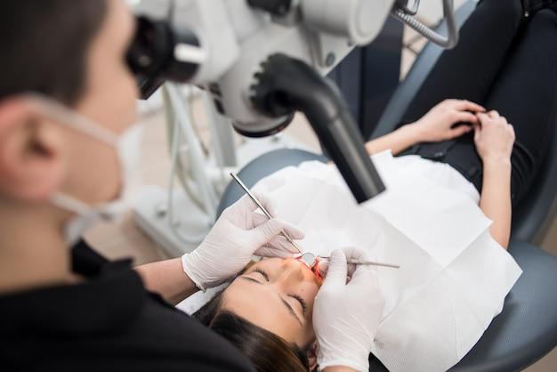 Tandarts op het kantoor van de tandheelkundige kliniek
