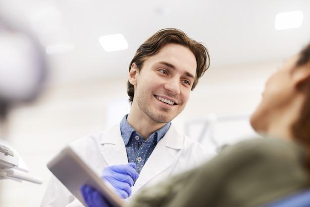 Tandarts raadplegende patiënt