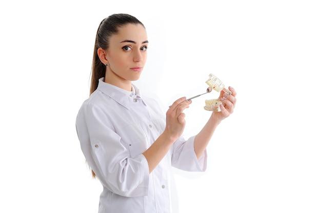 Tandarts vrouw geïsoleerd op wit met tools
