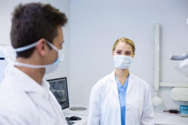 Tandartsen die chirurgisch masker dragen