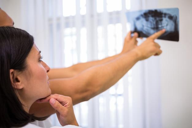 Tandartsen die over tand x-ray rapport bespreken