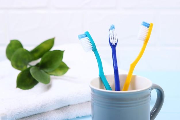 Tandenborstels en mondreinigers op tafel