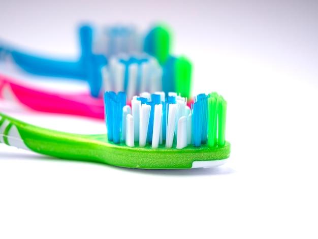Tandenborstels geïsoleerd op schone tanden concept