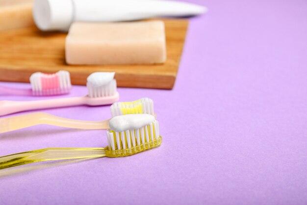 Tandenborstels met pasta en zeep op kleur
