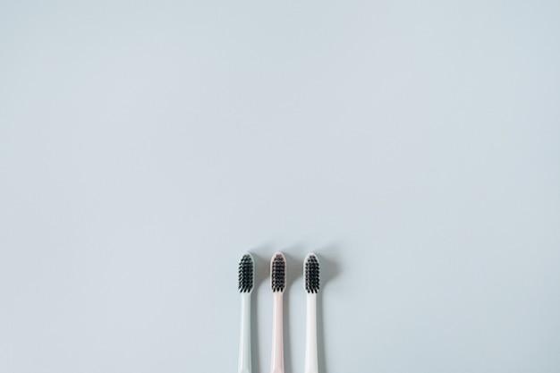 Tandenborstels op blauw. plat lag, bovenaanzicht mondverzorging, mondhygiëne concept