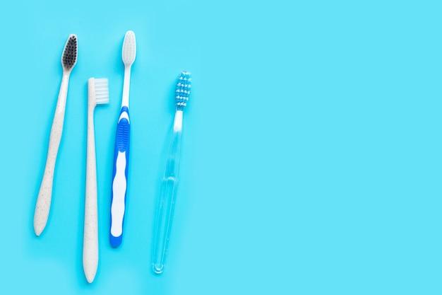 Tandenborstels op blauwe achtergrond. bovenaanzicht