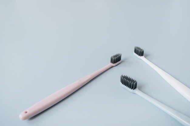 Tandenborstels op blauwe achtergrond. mondzorg, mondhygiëne concept