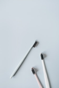 Tandenborstels op blauwe achtergrond. plat lag, bovenaanzicht minimale mondverzorging, mondhygiëne concept