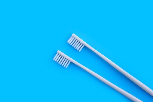 Tandenborstels op blauwe muur. bovenaanzicht