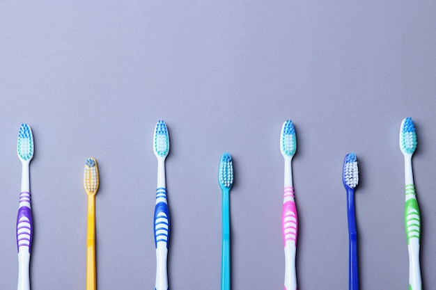 Tandenborstels op een gekleurde achtergrond bovenaanzicht mondhygiëne