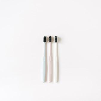 Tandenborstels op witte achtergrond. plat lag, bovenaanzicht mondverzorging, mondhygiëne concept.