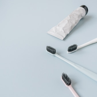 Tandenborstels, tandpasta op blauw. plat lag, bovenaanzicht mondverzorging, mondhygiëne concept