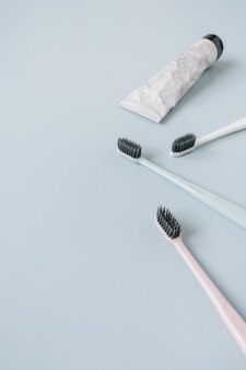 Tandenborstels, tandpasta op blauw