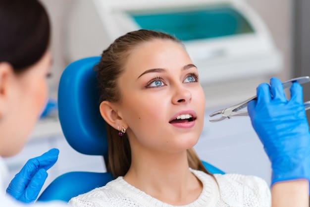 Tandextractie mooi meisje in de tandheelkunde