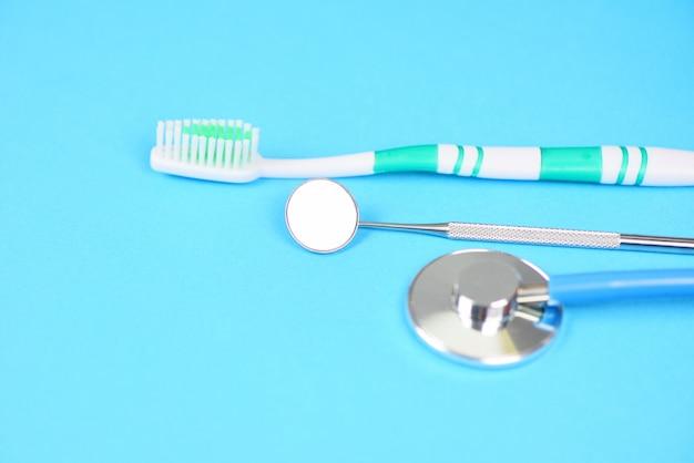 Tandheelkunde instrumenten en tandhygiëne apparatuur controle met mondspiegel mondgezondheid