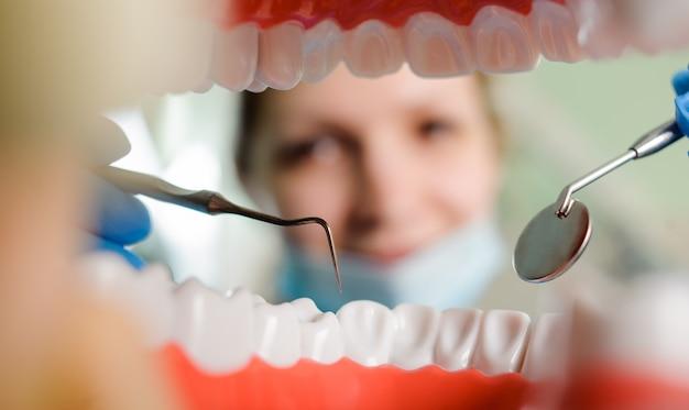 Tandheelkunde. uitzicht vanaf de mond omlijst door tanden.