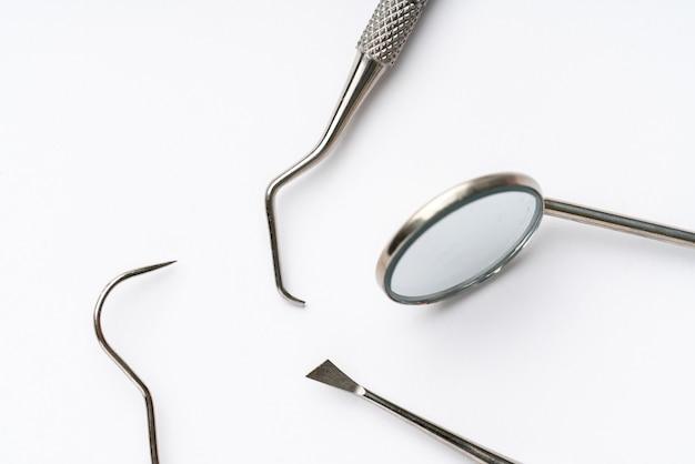 Tandheelkundige apparatuur van het bovenaanzicht, plat in de studio