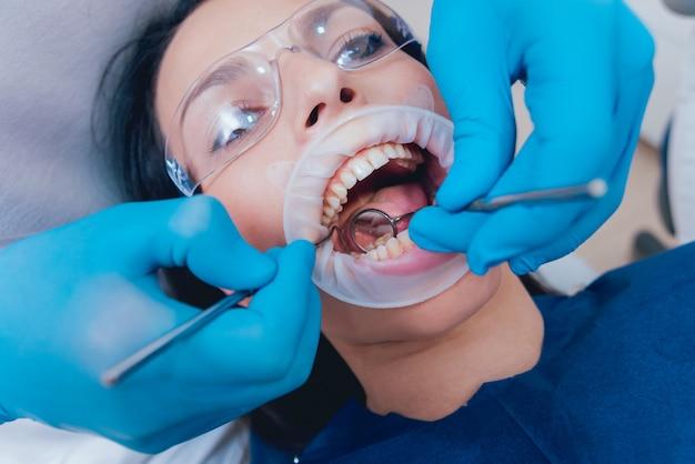 Tandheelkundige behandeling met expander. moderne technologie