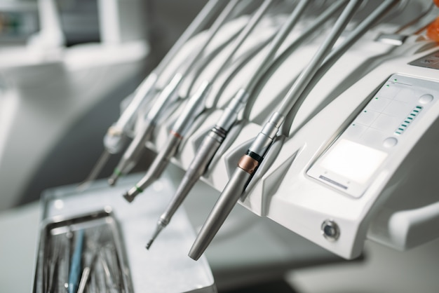 Tandheelkundige boor close-up, tandheelkundige apparatuur in tandheelkunde kliniek, stomatologie kabinet interieur, niemand. tandarts tools, orthodontist werkplek