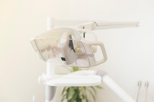 Tandheelkundige hulpmiddelen in tandheelkundige kliniek. tandarts concept.