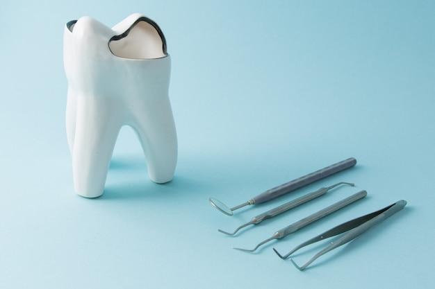 Tandheelkundige hulpmiddelen voor tandheelkunde. tandheelkundige instrumenten. detailopname.