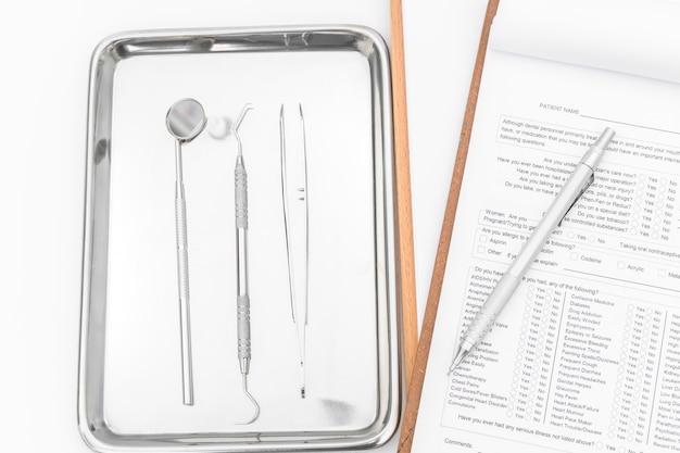 Tandheelkundige instrumenten, apparatuur en tandarts grafiek op een witte achtergrond