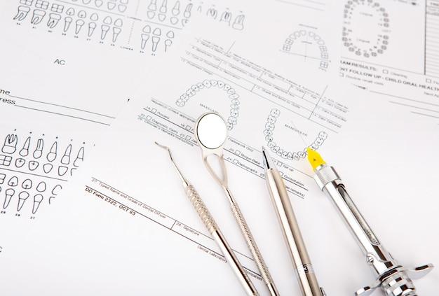 Tandheelkundige instrumenten en apparatuur op tandgrafiek