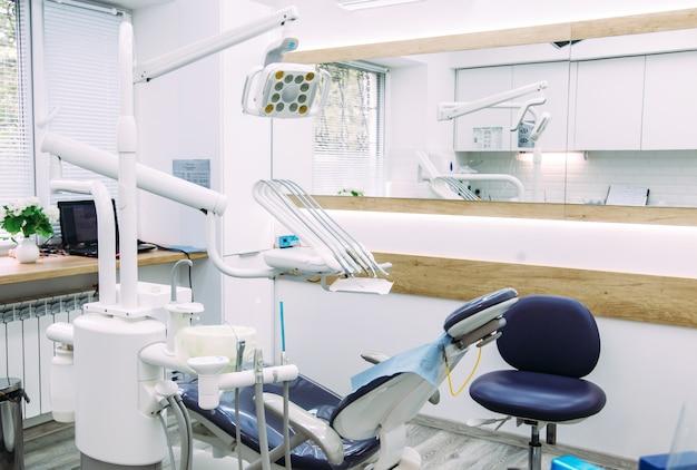 Tandheelkundige instrumenten en instrumenten in een tandartsbureau