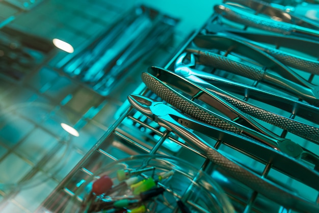 Tandheelkundige instrumenten voor desinfectie. het concept van de juiste behandeling.
