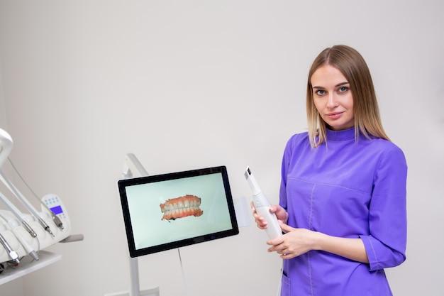 Tandheelkundige onderzoeken, de orthodontist controleert uw gebit en beugel in de kliniek