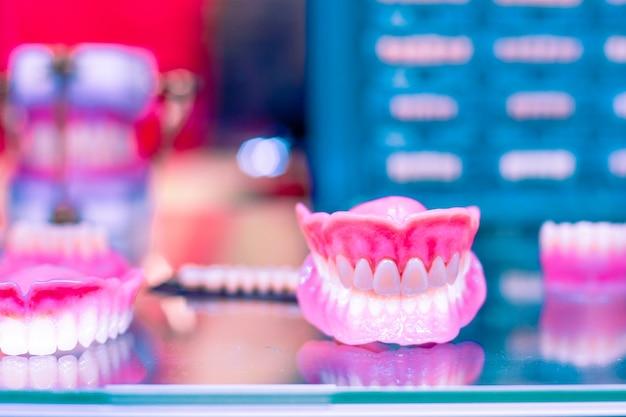 Tandheelkundige orthodontische hulpmiddelen. apparaat voor het maken van een gevormde tand, tandprotheses. tanden vormen.