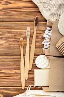 Tandheelkundige zorg bamboe tandenborstels zeep, toiletares op houten tafel. houten badproduct.