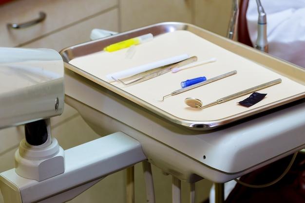 Tandhulpmiddelengebruik voor tandarts in de bureaukliniek.