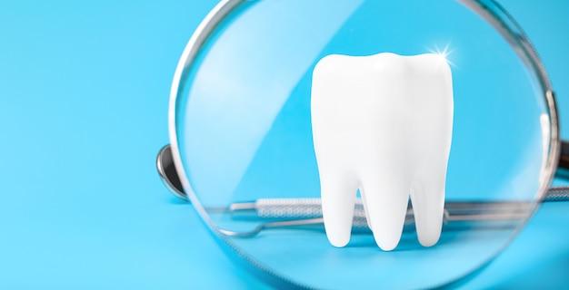 Tandmodel en tandmateriaal op blauw