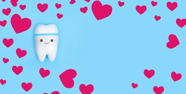 Tandmodel met een frame van roze hartjes