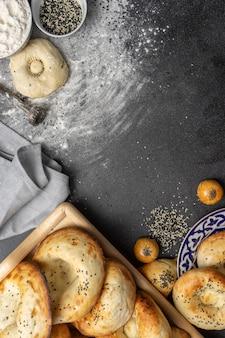 Tandoor flatbread, samsa, rauw deeg, bloem en sesamzaadjes. kaukasische bakkerijproducten.